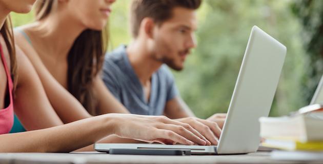 Arbeta vid laptop